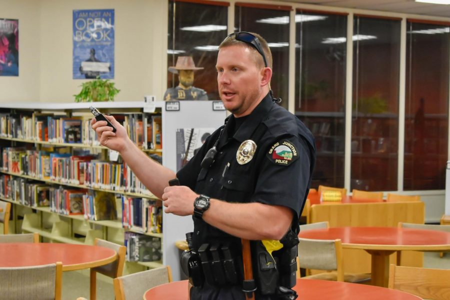 Officer Evans explains to a crowd of no more than thirty about the different types vapes and how students conceal them.